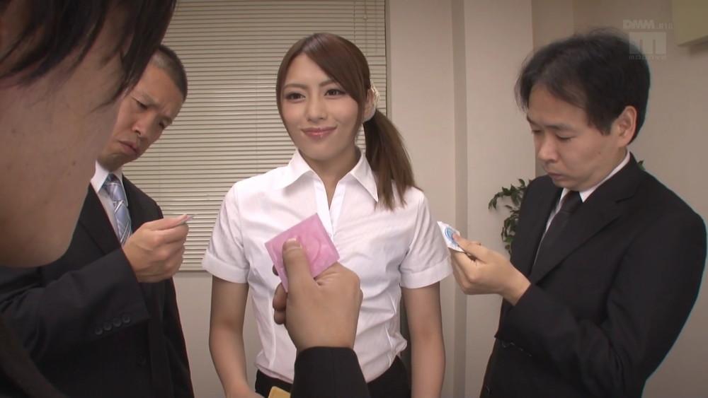桜井あゆがゴム内ザーメンをごっくん