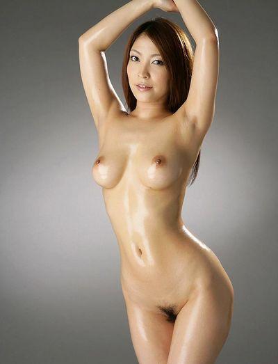 ウエストのくびれが美しいAV女優・桜ここみ
