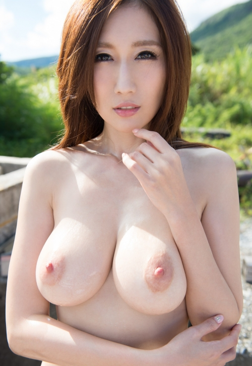JULIAのピンク色乳首